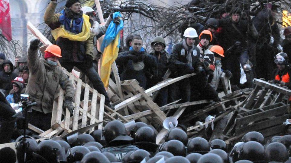 ucranianos-protestas-Kiev-enfrentamiento-manifestantes_MEDIMA20131219_0113_3