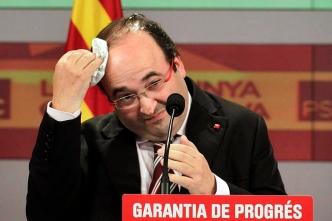 Barcelona ,28.11.2010 Noche electoral - autonomicas catalanes en la sede del PSC. Miquel Iceta se limpia los restos de un huevo lanzado por un personaje que le gritó
