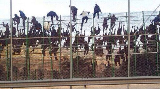 Inmigrantes-intentan-saltar-valla-Melilla_EDIIMA20140318_0691_17