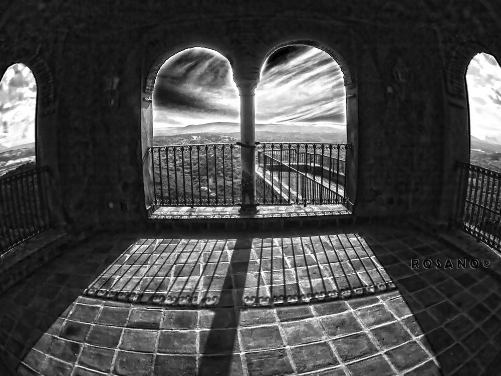 ventanal-castillo-cfd1f620-86e7-4060-ba26-0f3551b3af78